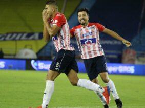 Barristas 'aprietan' a jugadores del Junior de Barranquilla en el aeropuerto